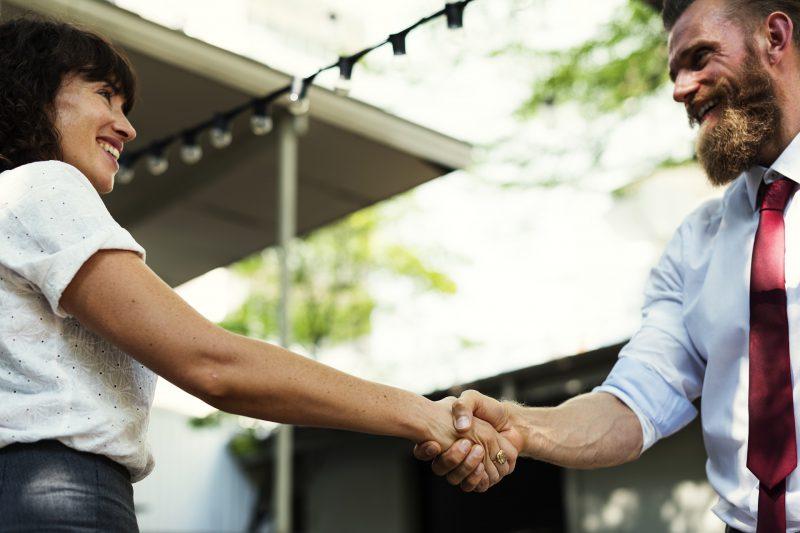 zorgpaden, man & vrouw, hand schudden, transitiepartners